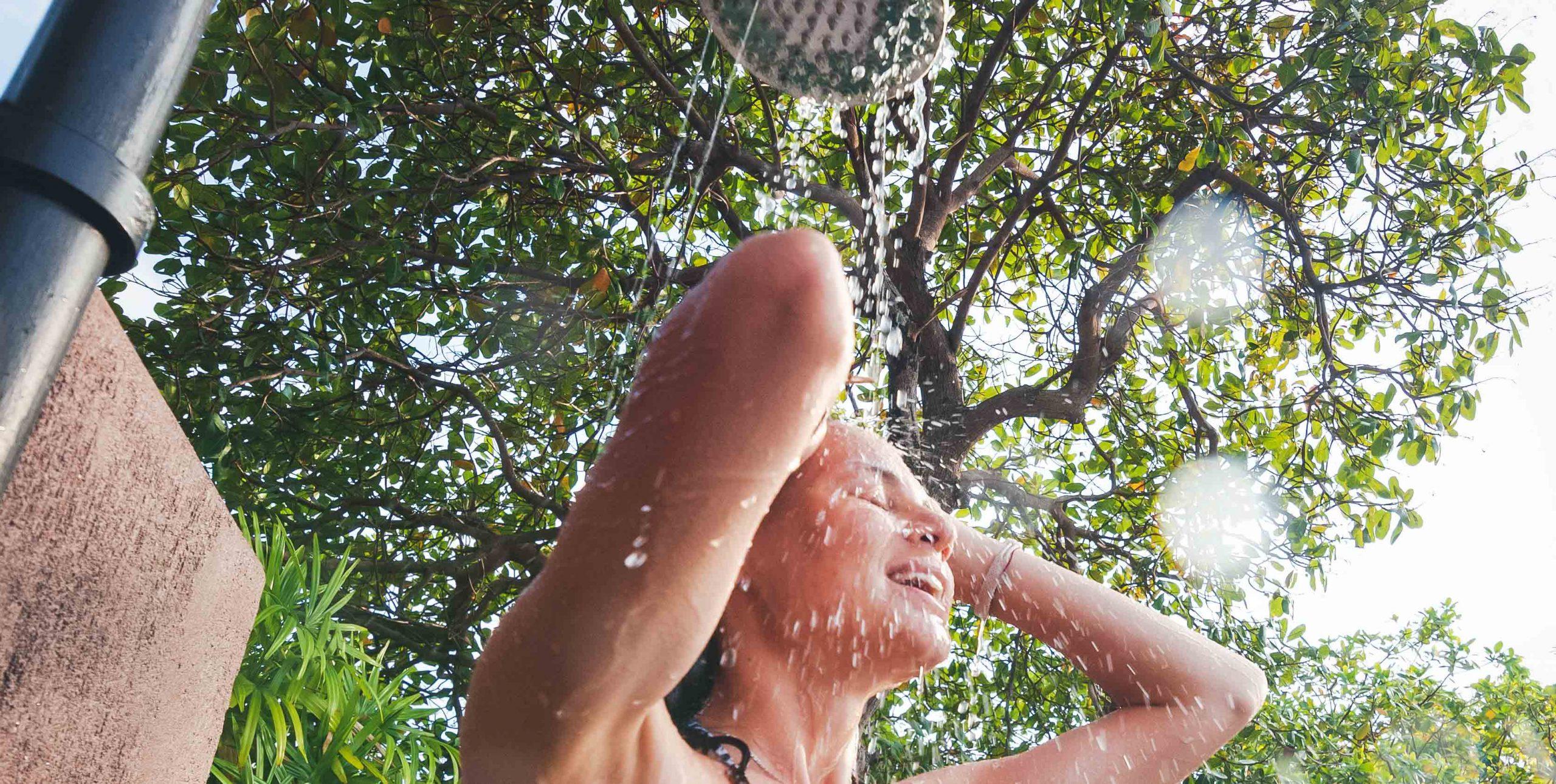 La importancia de la ducha previa a la piscina